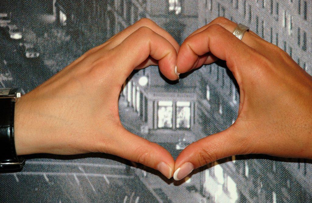 Photo: 2 hands making a heart